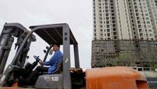 Staplerfahrer vor Hochhaus in China 01