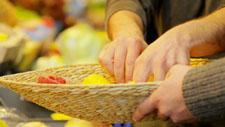 Zitronen auf dem Markt kaufen 01