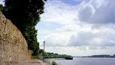 Mauer und Weg am Rheinufer 01
