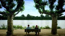 Mann und Frau lachen auf Bank 01