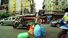 Alte Asiatische Dame mit Plastiktüten 01