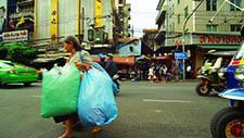 Alte Asiatische Dame mit Plastiktüten 03
