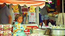 Asiatische Frau verkauft Lebensmittel 01