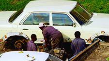 Mann lackiert Auto 01