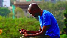Mann mit Smartphone 01