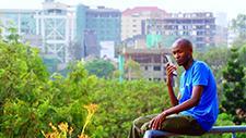 Mann mit Smartphone 02