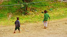 Spielende Kinder auf einer Straße 01