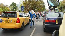 Zeitungsverkäufer in Nairobi (Kenia) 01