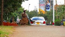 Mann sitzt an Straßenrand in Nairobi (Kenia) 01