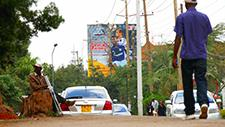 Mann sitzt an Straßenrand in Nairobi (Kenia) 02