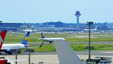 Passagierflugzeuge fahren auf Rollfeld 01