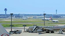 Passagierflugzeuge fahren auf Rollfeld 02
