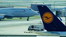Passagierflugzeug fährt auf Rollfeld 08