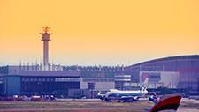 Passagierflugzeuge fahren auf Rollfeld 03