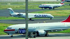 Passagierflugzeuge fahren auf Rollfeld 04
