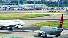 Passagierflugzeug fährt auf Rollfeld 10