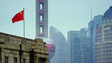 Chinesische Flagge vor Skyline 01