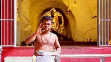 Batu Caves hinduistischer Mönch 03
