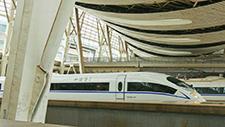 Zug fährt in Bahnhof ein 02